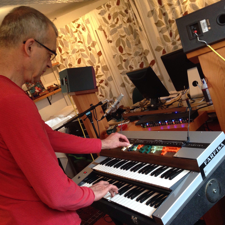 blue dirt girl Simon Kendall playing Farfisa tracks '16